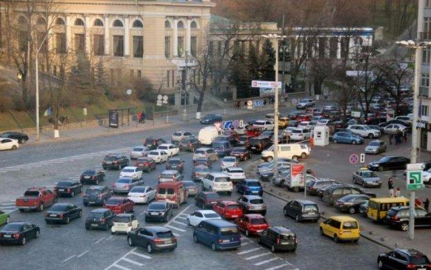Автобоулинг в Киеве заблокировал проезд: опубликованы фото