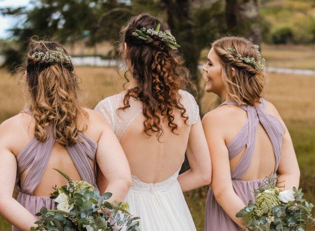 Весілля в сміттєвих пакетах: подружки нареченої хотіли виділиться з натовпу, тепер над ними сміються всі
