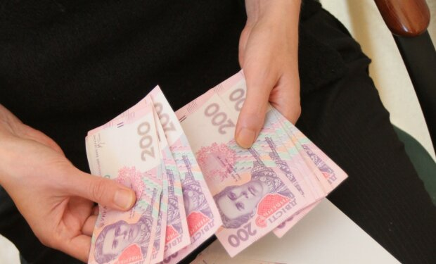 """Українці отримали підвищені зарплати: названо найбільш """"грошові"""" області"""