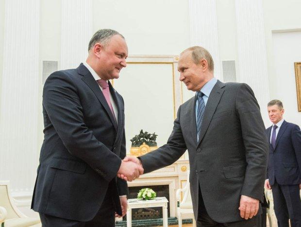 Путин публично шантажировал Додона: в Кремле радуются, считают это верхом дипломатии