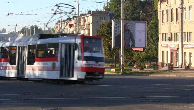"""В Запорожье """"голый"""" мужчина преградил путь трамваю – """"Я не еду – никто не едет!"""""""