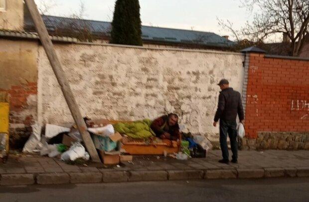 """Львів'ян злякав безхатько у лахмітті, зима на носі: """"Приволiк диван і купу сміття"""""""