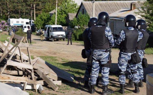 Обшуки в Криму: окупанти схопили активіста з донькою