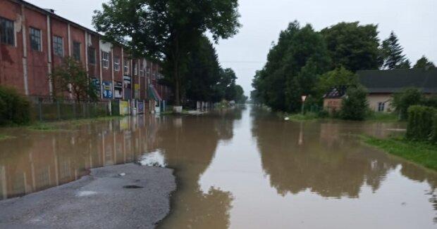 Прикарпатье снова зальет, в ГСЧС бьют тревогу — грады и дожди ввергнут регион в хаос