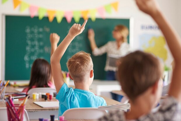 Батьків попередили про смертельну небезпеку, в школу пустять не всіх: як уберегти дитину