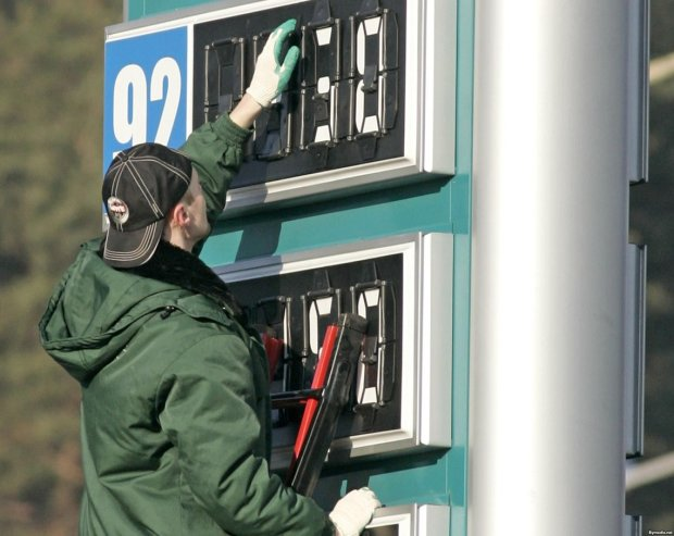 """Эта страна летит в пропасть: кроме газа, украинцам впарят еще и """"золотой"""" бензин"""