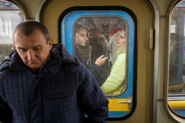 Ніхто не очікував: у Києві пасажир метро з ножем накинувся на незнайомця