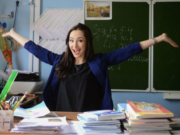 Українським вчителям пообіцяли підвищити зарплату: хто та коли отримає надбавки