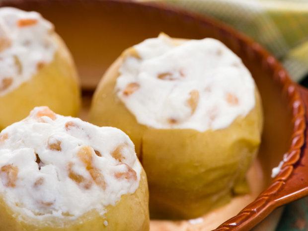 Яблука, фаршировані сиром та родзинками: низькокалорійний рецепт