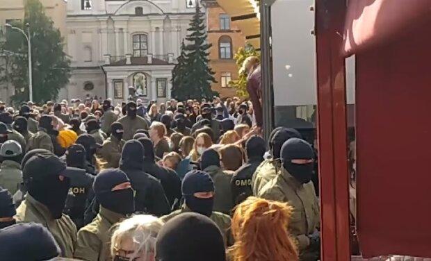 Тисячі білоруських жінок знову кинули виклик Лукашенку: нічого не бояться і зривають балаклави з силовиків