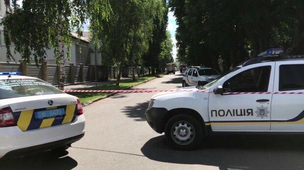 В Харькове разыскивают усатого мужчину в черных штанах - любит покурить