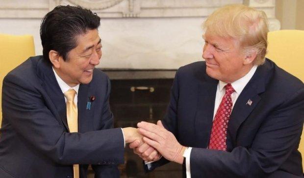 Трамп не мог оторваться от руки японского премьера
