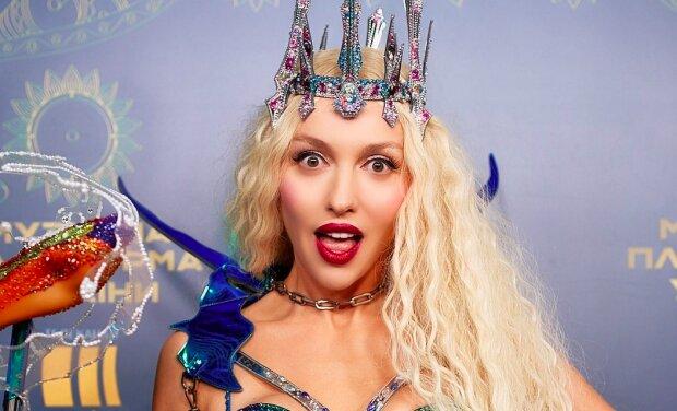 """Полякова на """"Х-Факторі"""" загіпнотизувала фанатів глибоким декольте: """"Жива Барбі"""""""
