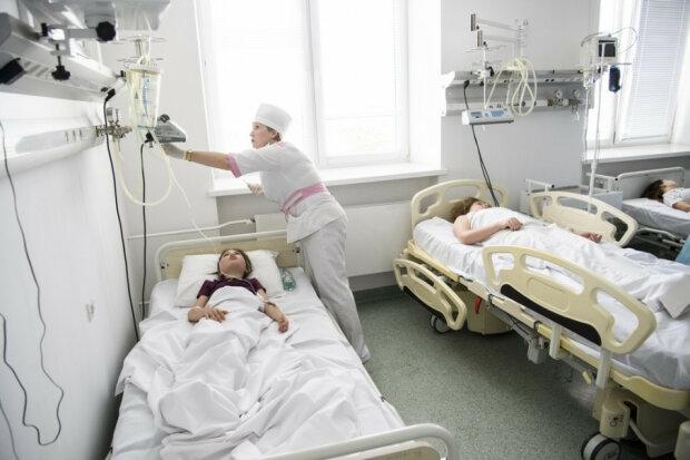 Ледь не розмазало по підлозі: в Києві маленького хлопчика завалило трьома металевими дверима