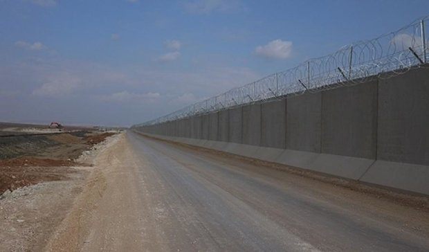 Яценюку на заметку: Турция ударными темпами строит свою стену на границе с Сирией