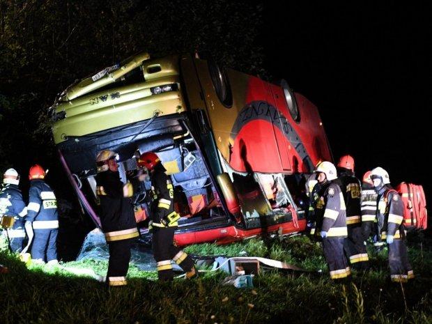 Автобус з українцями посеред ночі поглинула прірва: рятувальники діставали тіла до ранку