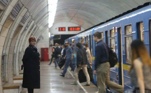"""""""Ніж у пузо ніхто не хоче?"""": у Києві неадекват вирішив покурити в метро, - скандальне відео"""