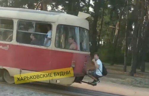 В Харькове малолетний зацепер устроил покатушки на рогах трамвая – горожане поседели от ужаса