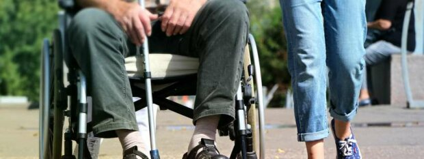 Скинув з візка та відібрав телефон: львівський підліток жорстоко познущався над чоловіком з інвалідністю