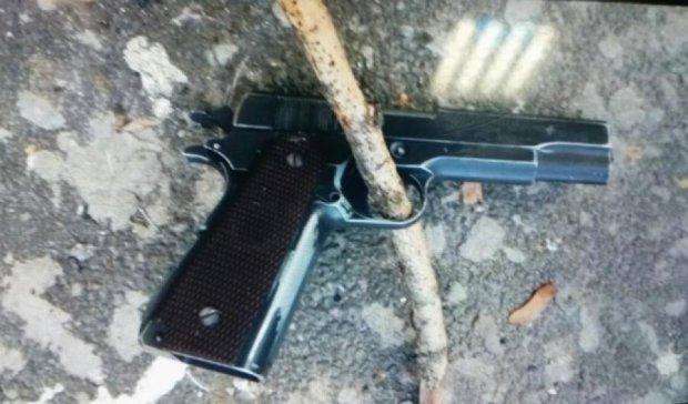 В київській школі під дулом пістолета пограбували двох 5-класниць