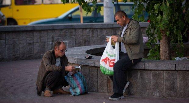 На вокзалі, в парках та супермаркетах: Одесу заполонили безхатьки, як з цим боротися