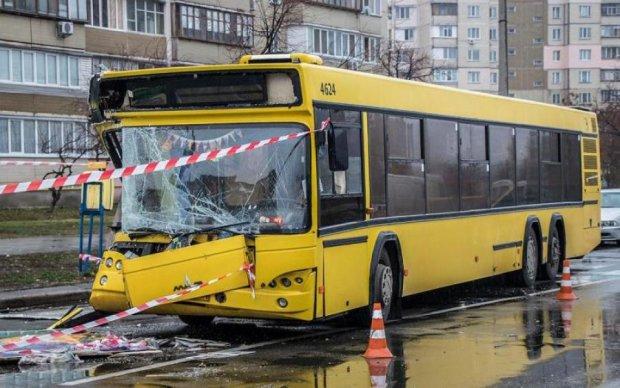 Автобус розчавив зупинку з людьми, багато загиблих