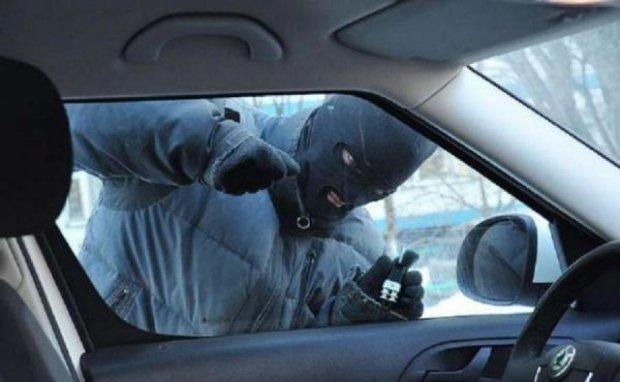 Четверо киян серед білого дня пограбували авто приватної охорони