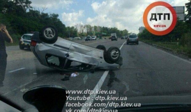 Жахлива ДТП під Києвом: авто перевернулося догори дном