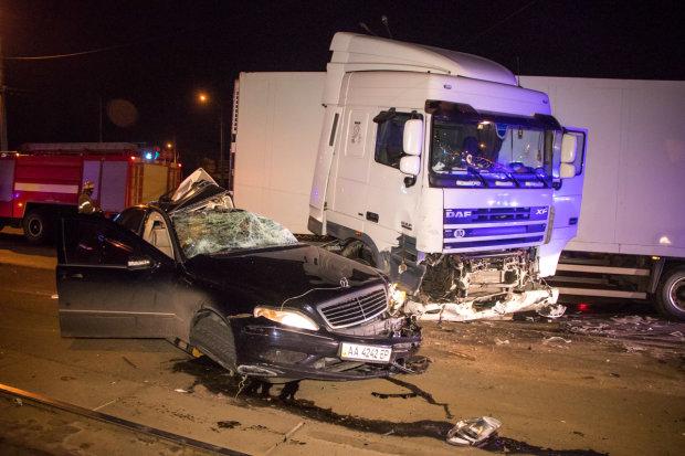 В Києві фура розірвала Mercedes, водія не врятували