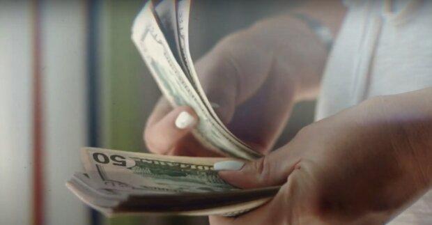 """Курс доллара в Украине, скриншот к видео с канала """"акценты"""" в YouTube"""
