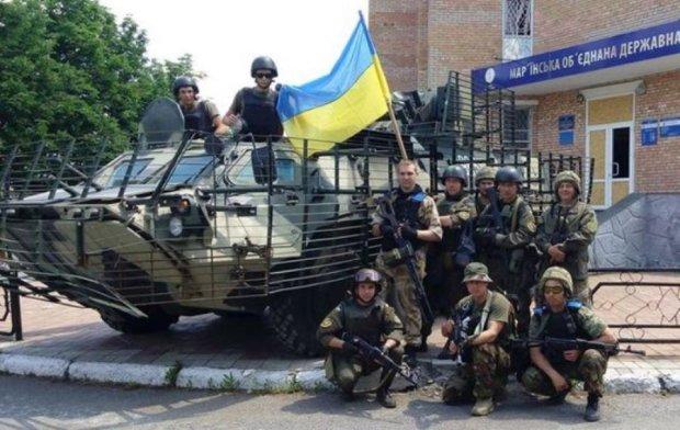"""Жители Марьинки встречали украинских """"карателей"""" со слезами счастья: видео"""