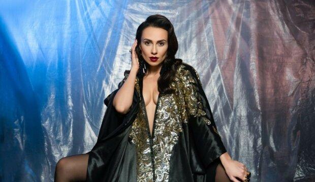 """DJ NANA показала розкішну фігуру на шоу """"Шалена зірка"""": запалила в колготках і білизні з шипами"""