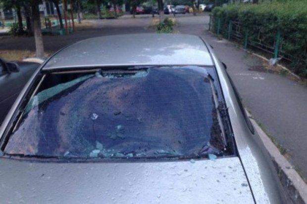 Хулиганы в Киеве забросали припаркованные авто орехами