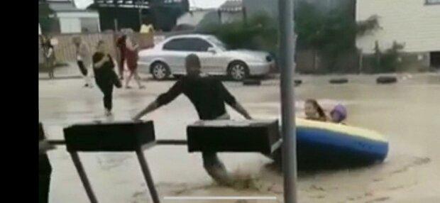 """Кирилловку затопило, туристы наплевали на море и """"ныряют"""" в лужи"""