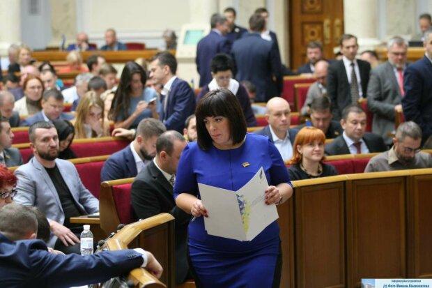 """У Раді заміжню депутатку зі """"Слуги народу"""" зловили у вульгарній позі: розпустили руки, фото"""