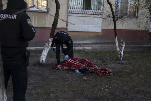 """В Киеве мужчина покончил с собой жутким способом: """"Купил лекарства и поднялся на 14 этаж"""""""