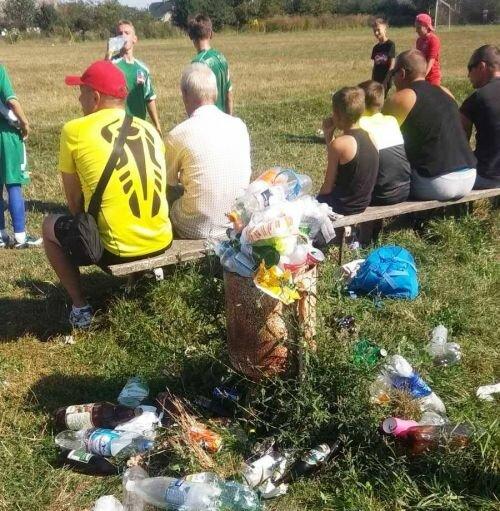 """На Тернопольщине дети играют в футбол среди отходов - """"мусорный матч"""" огорошил Украину"""
