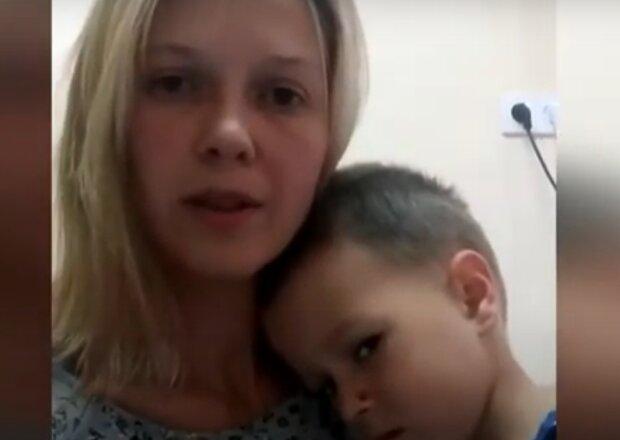 """Маленького украинца съедает рак, молодая мама умоляет о помощи: """"Ростик хочет жить"""""""