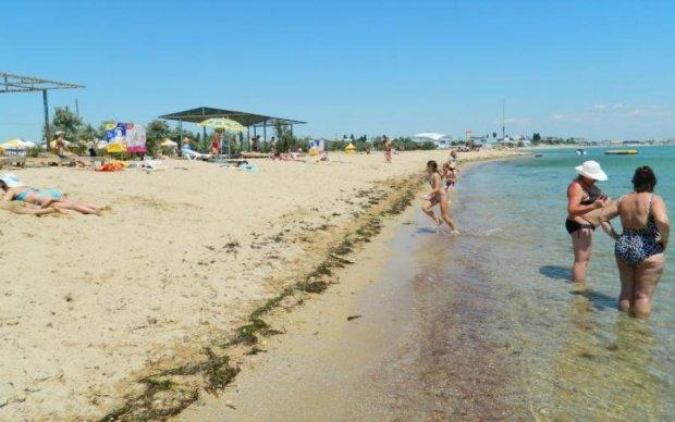 """Сезон открыт: украинцев удивили """"забитыми"""" крымскими пляжами"""