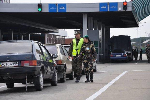 Євробляхерів трясуть на кордоні: у мережі з'явилося відео свавілля співробітників митниці