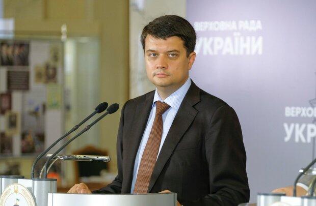 Главное за ночь: гневная речь Разумкова, новые правила ПДД и запрет сигарет в Украине