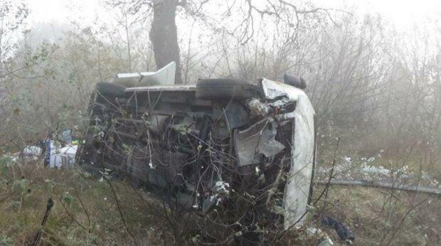 В Угорщині автобус з українцями перекинувся і вилетів у кювет: фото з місця аварії