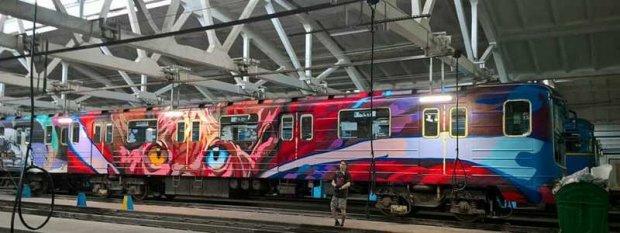 У київському метро почав курсувати потяг-мурал: де можна зустріти яскравий ешелон