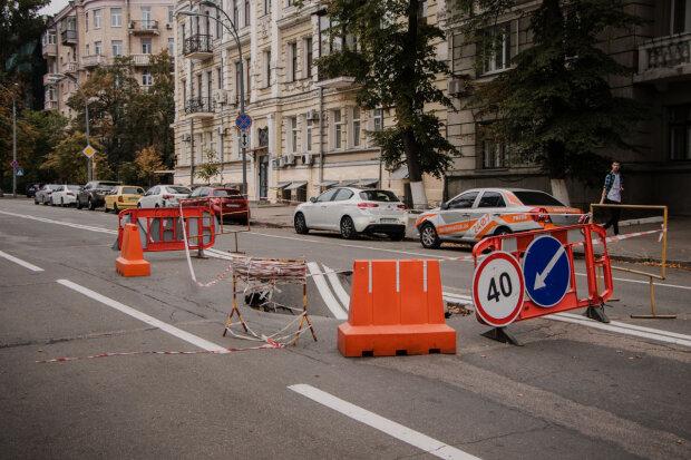 """В Киеве возле Рады провалился асфальт, разъяренные люди не смолчали: """"Эх, еще бы чуть-чуть.."""""""