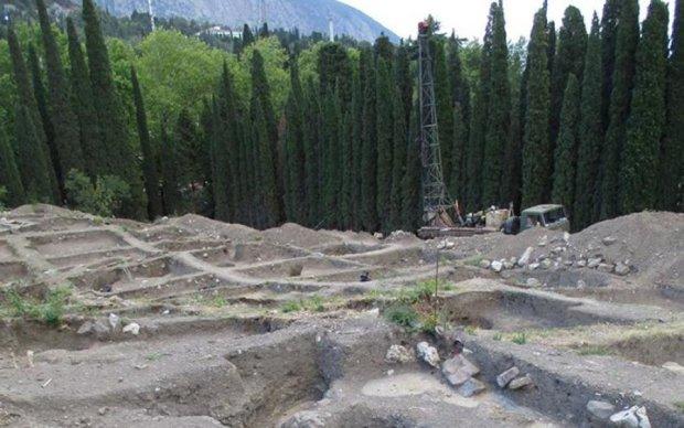 Нічого святого: окупанти знищили древнє кладовище в Криму