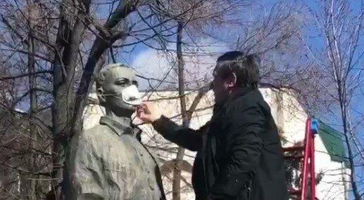 Г.Сковороду защитили от коронавируса,скриншот из видео