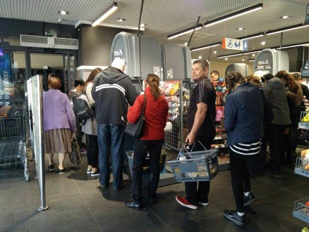 Супермаркет АТБ вляпався у черговий скандал: відмовились брати гроші, закон такий вийшов