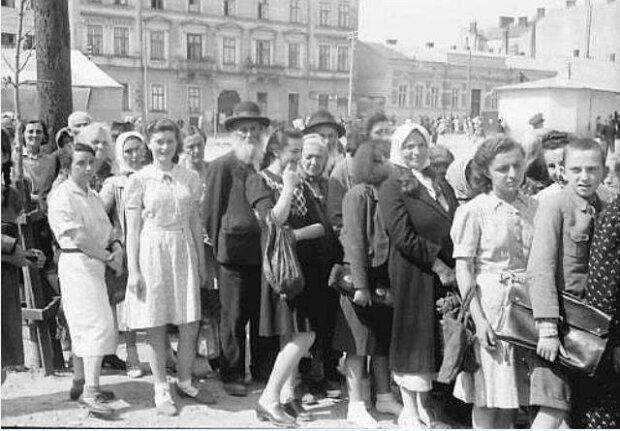 """В сети показали Черновцы """"под Гитлером"""" - хмурые гуцулы в очередях и Ленин без головы"""