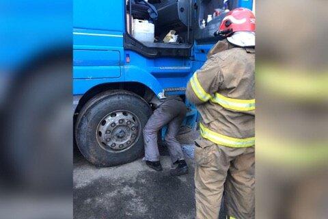 У Києві чоловіка на смерть придавило кабіною фури