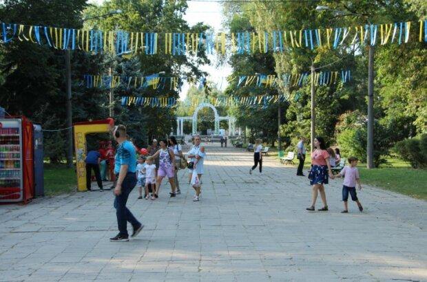 В Запорожье малолетки разгромили монумент Скорбящей Матери: все - ради селфи